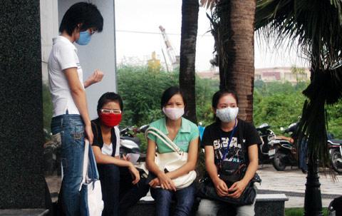 Công chức đeo khẩu trang chống cúm ở công sở.