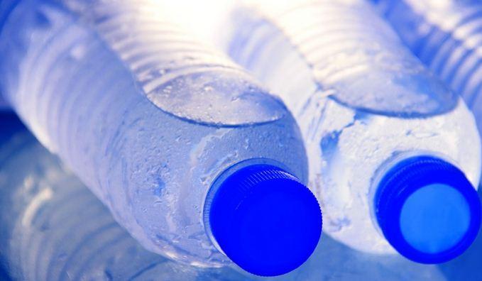 Kiểm tra độ an toàn của đồ uống bằng cách đọc thông số dưới đáy chai