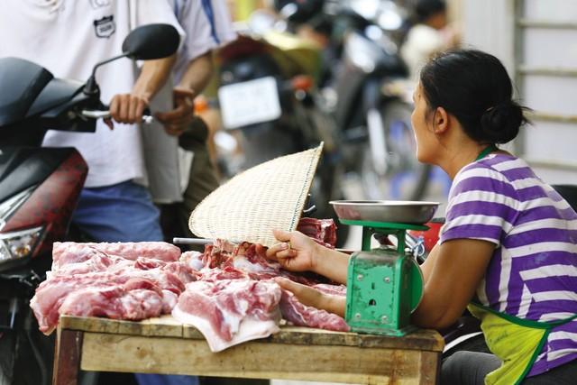 """""""Tôi thấy thịt lợn bẩn trong hàng kia"""" hay cách nhận biết thịt lợn sạch"""
