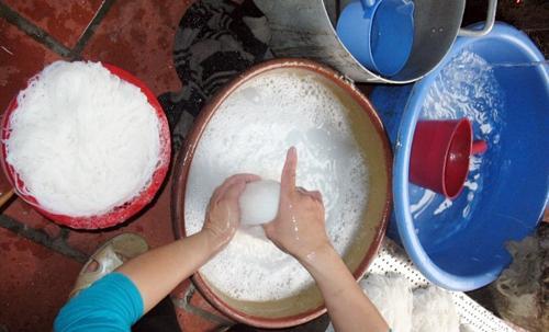 Phân biệt bún sạch và bún chứa hóa chất