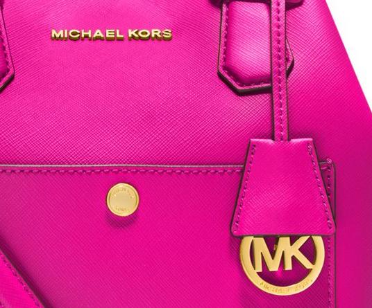 Phần kim loại trang trí cuả Túi xách hàng hiệu Michael Kors thật luôn sáng bóng