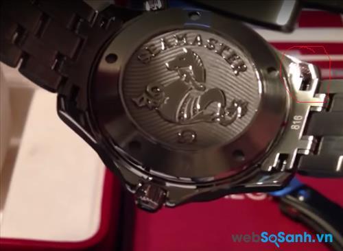 Hoặc bạn cũng có thể nhìn thấy số series của đồng hồ Omega ở mặt sau
