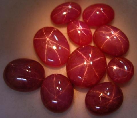 Ruby sao Việt Nam tự nhiên, với ngôi sao 6 cánh trên bề mặt đá khi chiếu đèn