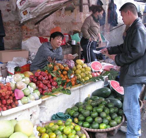 Anh Nguyễn Văn Hồng, người bánhoa quả ở chợ Ngọc Khánh