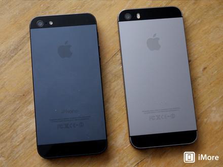 iPhone 5 phiên bản màu đen (bên trái) và iPhone 5s phiên bản màu xám đen (bên phải)