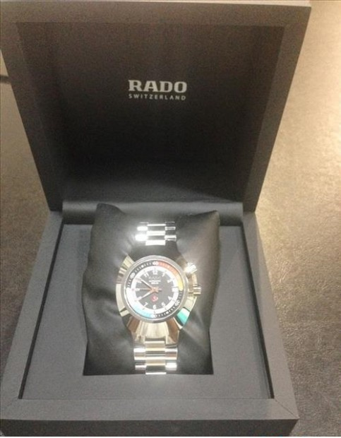 quan sát thật kỹ hộp đựng đồng hồ Rado
