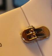 Bản lề của kính mắt Chanel giả có tới 2 chốt