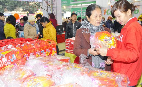 Người dân mua sắm hàng Việt tại huyện Ba Vì. Ảnh: Hoài Nam