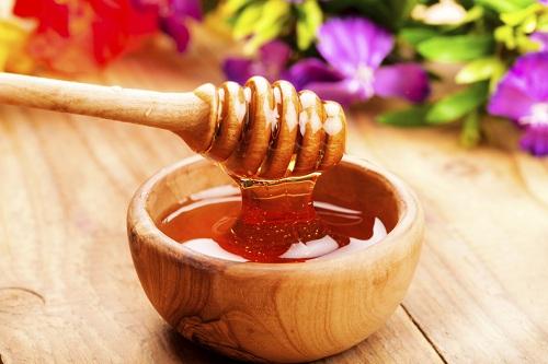 Phân biệt mật ong thật và mật ong giả không thể chỉ dựa vào nhãn mác hay thành phần được nhà sản xuất liệt kê trên bao bì