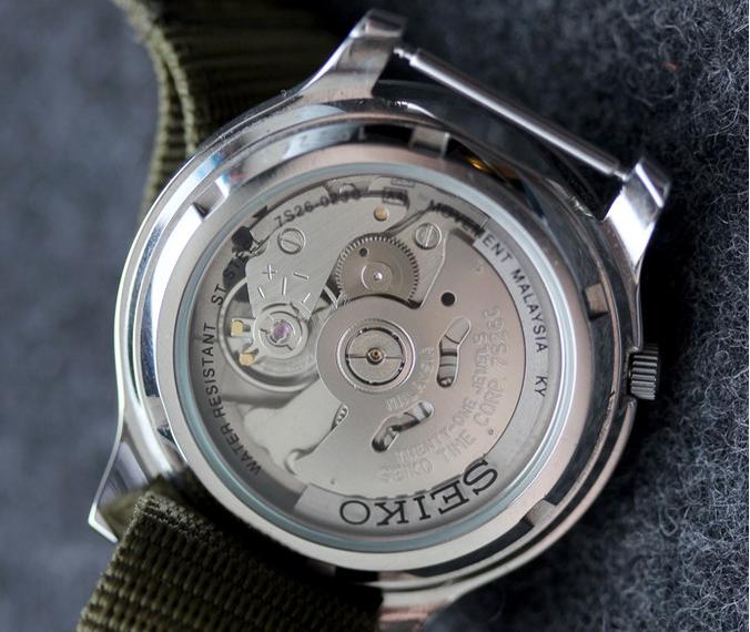 Đồng hồ Seiko chính hãng được in đầy đủ thông số mặt sau đồng hồ
