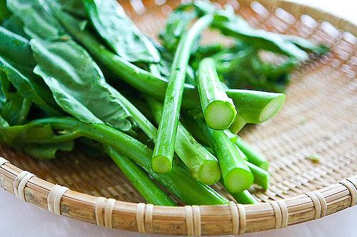 Không nên chọn những loại rau cải quá non và xanh mướt