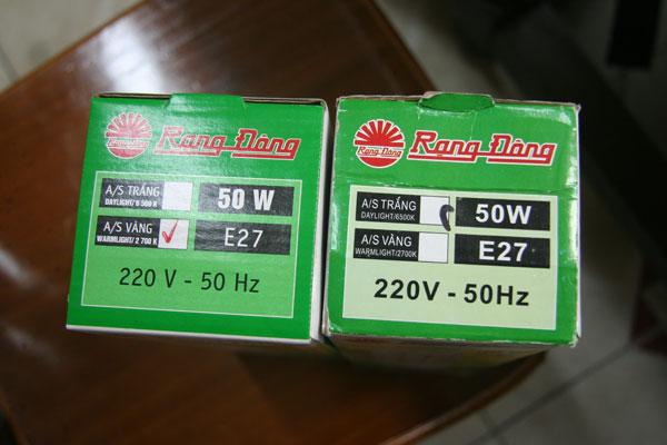 Bao bì bóng đèn Compact Thật (trái) Giả (Phải)