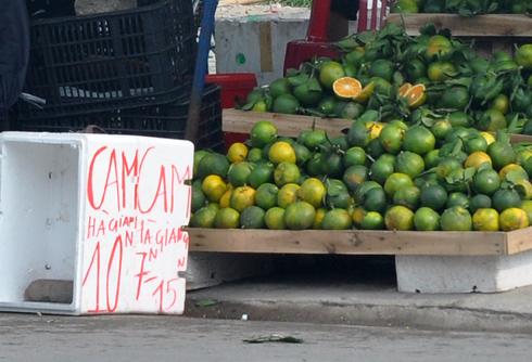 Nhiều sập hoa quả vỉa hè đề cam Hà Giang có giá rất rẻ