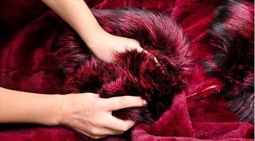 Vò chăn lông cừu để xem chăn có bị dồn lông, hoặc biến dạng không