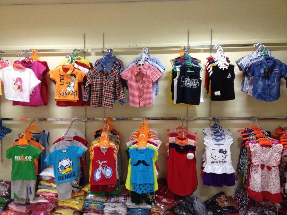 Một cửa hàng bán quần áo trẻ em không rõ xuất sứ