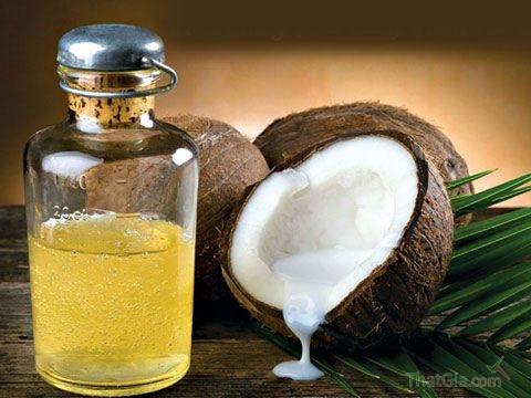 Dầu dừa nguyên chất là loại dầu béo có màu vàng nhạt