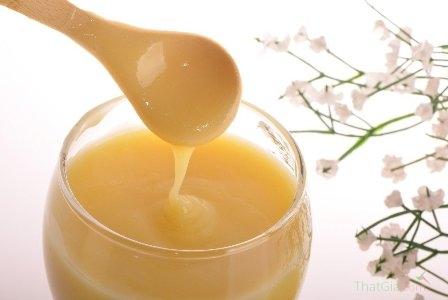 Sữa ong chúa thật có màu vàng nhạt