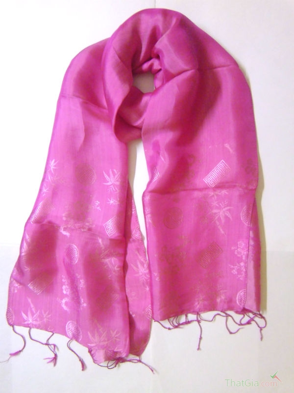 Khăn lụa tơ tằm với họa tiết truyền thống, đuôi khăn được xe bằng tay