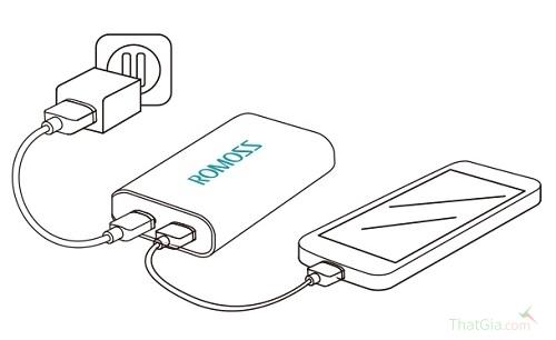 Pin Romoss chính hãng có thể vừa sạc cho điện thoại, vừa sạc cho pin khi cắm vào nguồn điện