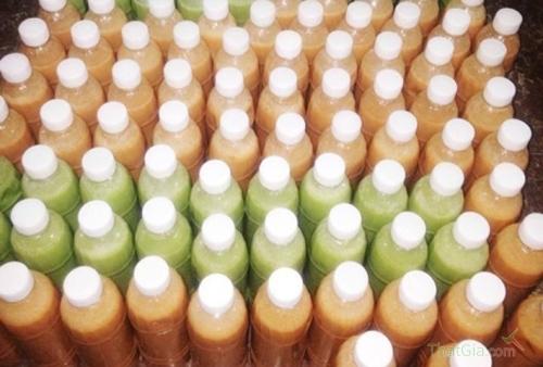Trà sữa Thái Lan được đựng trong những chai nhựa không có nhãn mác rao bán trên mạng.