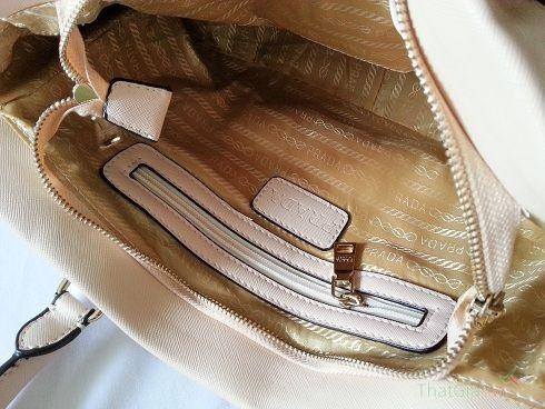 Phân biệt túi Prada thật và giả qua lớp vải lót và logo bên trong túi