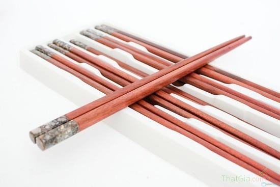 Mách bạn nhận biết đũa sơn và đũa gỗ tự nhiên