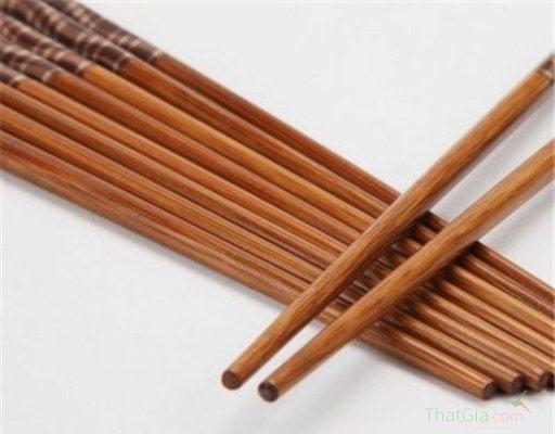 nhận biết đũa sơn và đũa gỗ tự nhiên