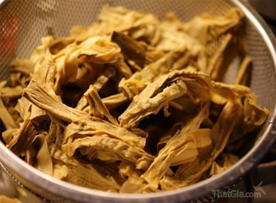 Măng khô được chế biến qua hóa chất có mùi khét và dai hơn