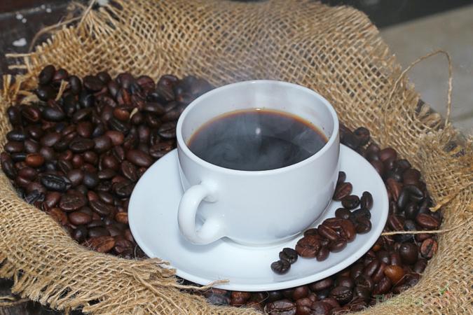 Nước cà phê có màu nâu cánh gián hoặc nâu đậm