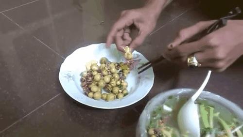 Trứng gà non giả mịn, dai, mềm dẻo như cao su (ảnh cắt từ clip)