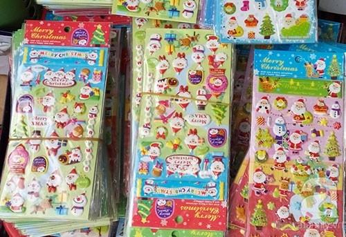 Những miếng dán được bày bán khắp nơi và trẻ có thể dễ dàng mua