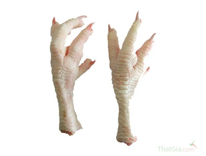 Chân gà bơm nước thường béo mập, ít nếp nhăn ở da và khi dùng tay bóp sẽ chảy nước.