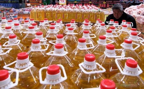 Thị trường xuất hiện hàng trăm lít dầu ăn bẩn được làm từ rác thải và cặn dầu khiến người tiêu dùng hoang mang