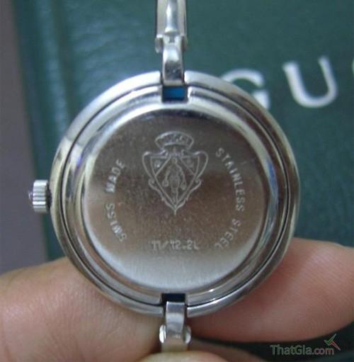 Hãy lật mặt sau của đồng hồ để kiểm tra xuất xứ.