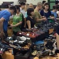 Hình ảnh buổi thanh lý kho hàng lậu Gucci ở Hà Nội ngày 7/8.