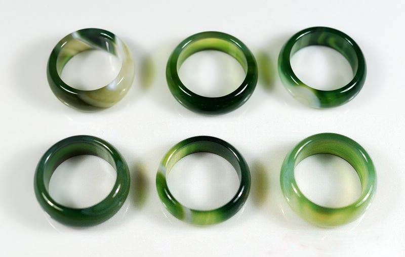 Nhẫn dành cho nam với tông màu xanh.
